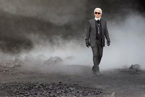 Modeverdenen har mistet en ikonisk skikkelse. Chanels mangeårige couture-chef Karl Lagerfeld er død tirsdag.