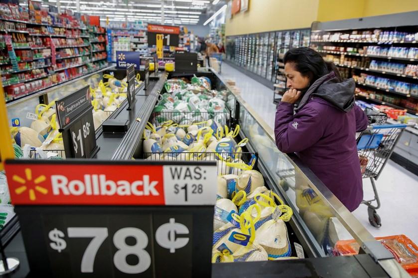 Aktionærer i Walmart får flere penge end ventet efter overraskende godt julesalg.