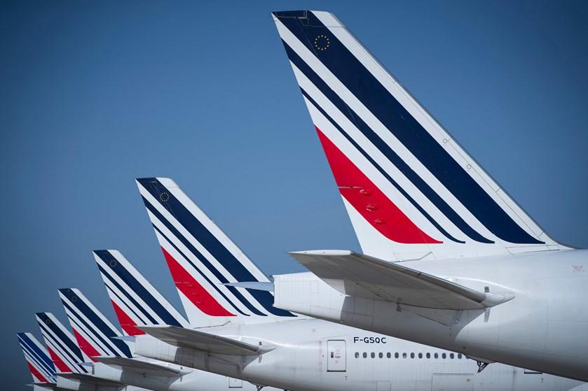 Air France og KLM agter at rykke tættere sammen, efter et år hvor strejker og brændstofpriser åd af profitten.