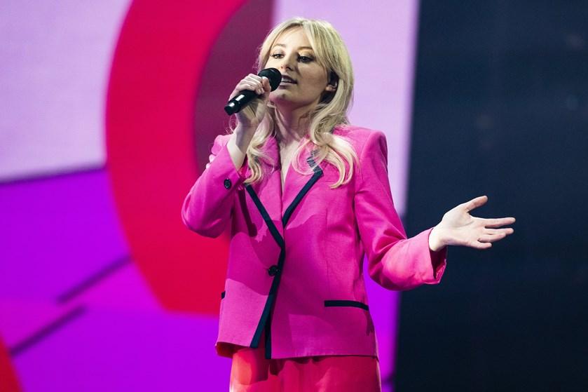 """29-årige Andrea Brøndsted røg fredag aften ud af """"X Factor"""". Der er nu syv deltagere tilbage."""