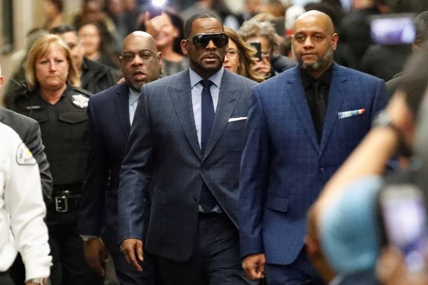 R&B-sangeren R. Kelly er løsladt fra fængslet i Chicago, efter at han har betalt børnepenge, som han skyldte.