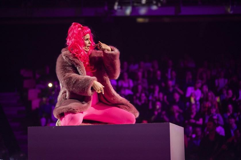 Tv-værtinden var på scenen i en stram pink dragt og gav blandt andet et nummer med Malte Ebert.