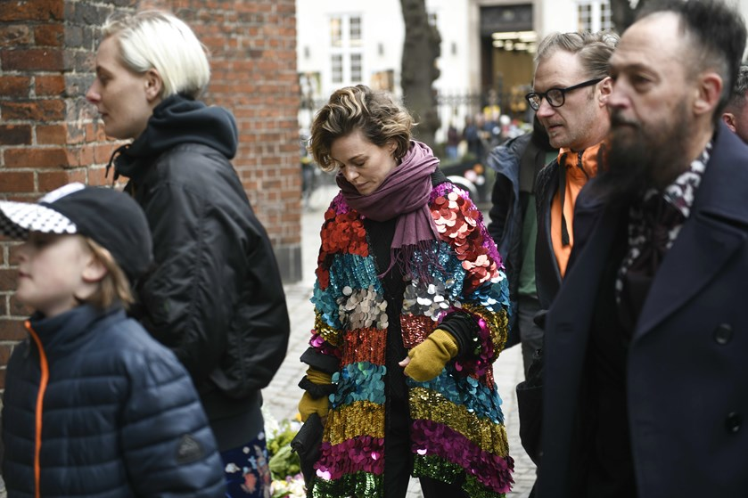 Der var farver, samba og rustvognscykel til multikunstner Morten Lindbergs bisættelse.