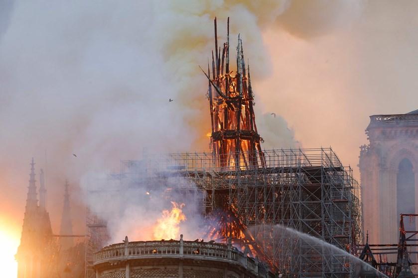 Tusinder af franskmænd stimlede mandag sammen for at se den brændende katedral i Paris.