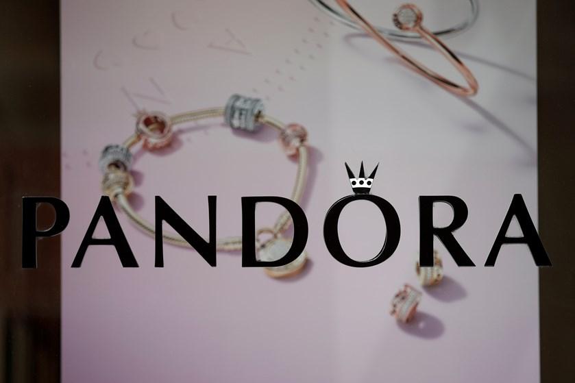 Pandora-aktien falder fem procent på ny direktørs første dag, der præges af frygt for svagt salg.