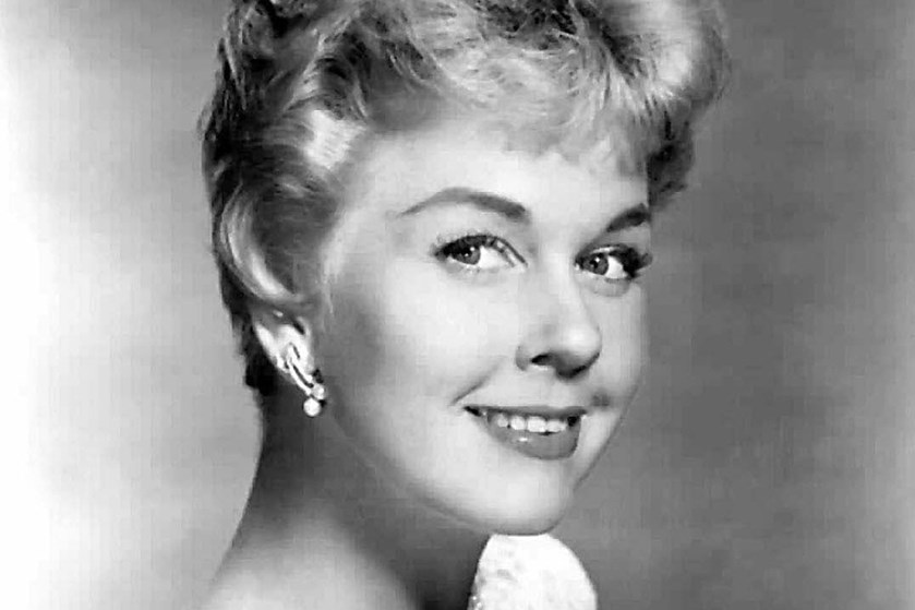 Omgivet af tætte venner gik den kendte sangerinde Doris Day bort mandag i sit hjem i Californien.