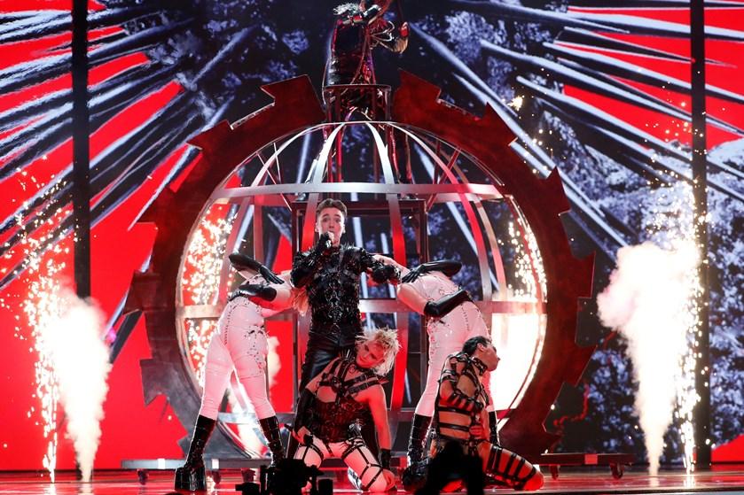 To af Danmarks nordiske naboer var i kamp tirsdag aften i Eurovisions første semifinale.