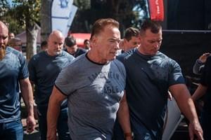 """Actionfilmstjernen blev ramt af """"flyvende spark"""", da han talte med fans ved sportsbegivenhed i Sydafrika."""