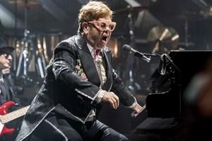 Den 72-årige spillemand leverede en hitparade i Royal Arena til stor glæde for de danske anmeldere.