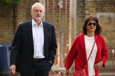 På briternes EU-valgdag er avisernes forsider domineret med overskrifter om, at Theresa May er ved at gå af.