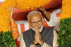 Indiens premierminister og hans nationalistiske parti ser ud til at have vundet klart flertal i parlamentet.