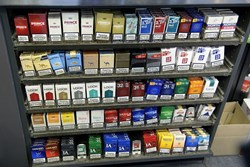 Venstre melder sig klar til at forbyde cigaretpakker at bære logoer. En krænkelse, lyder det fra branchen.