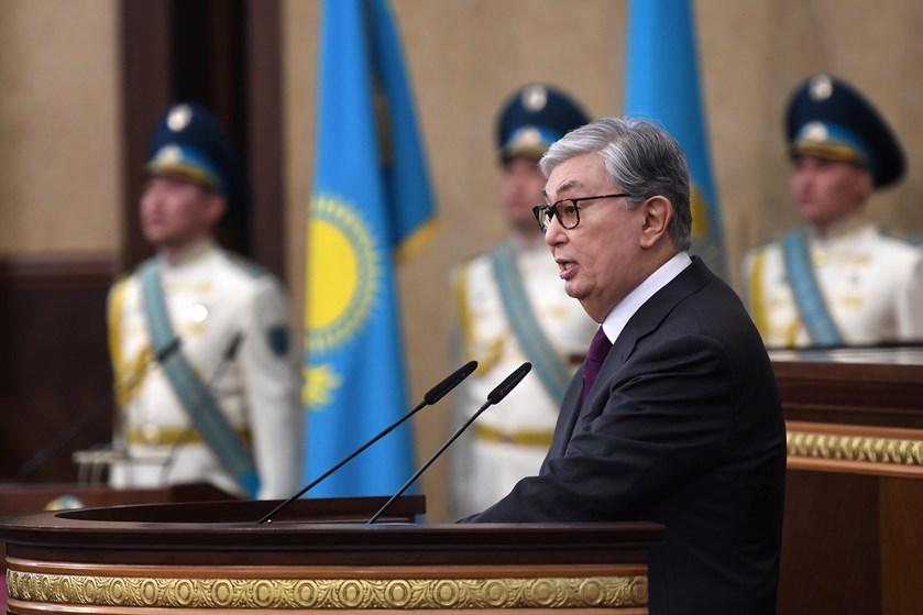 Trods demonstrationer ser loyal efterfølger til Kasakhstans landsfader ud til at sætte sig solidt på magten.