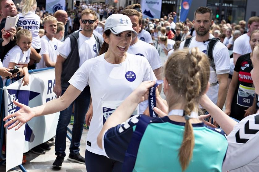 Kronprins Frederik måtte ved Royal Run gå på grund af diskusprolaps. Mary løb med julemærkebørn i Aalborg.