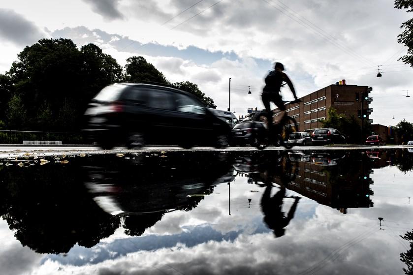 Der er risiko for oversvømmelser natten til tirsdag, hvor DMI har udsendt varsel om kraftig regn og skybrud.