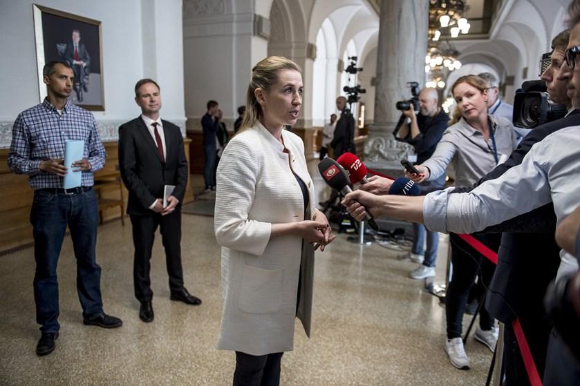 Oven på en dag med forhandlingerne om udlændingepolitikken kan Mette Frederiksen ikke melde om fremskridt.