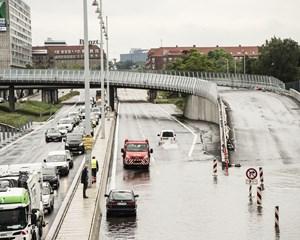 Sommeren og skybrudstiden står for døren, og bilister bør tænke sig om, inden de kører igennem vandmasserne.