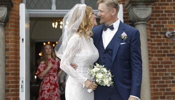 Den tidligere landsholdsmålmand Peter Schmeichel har sagt ja til 46-årige Laura von Lindholm.