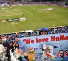 Over en milliard følger cricketmatch i Manchester mellem Indien og Pakistan på kritisk tidspunkt.