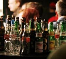 Elever rykker festen ud i utrygge rammer, hvis alkohol forbydes på gymnasierne, mener Danske Gymnasieelever.