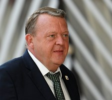 Statsministeren og flere blå politikere kritiserer rød aftale for at være en dyr affære for danskerne.