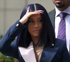 Den amerikanske rapper Cardi B nægter at have overfaldet to kvinder på en stripklub i New York.