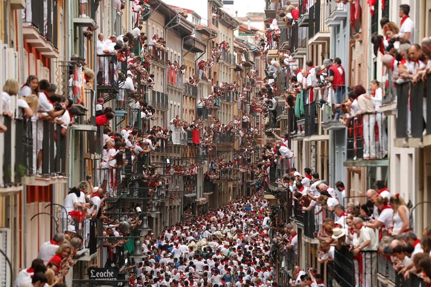 Ifølge spanske myndigheder blev en person stanget i ryggen af en tyr på andendagen af San Fermin-festivalen.