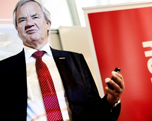 Det er ikke naturligt at være direktør, når man er i 70'erne, siger Norwegians direktør, der takker af.