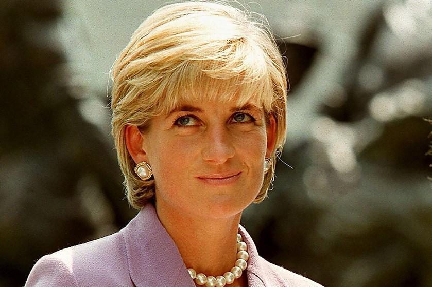 En mørkeblå sweatshirt, som prinsesse Diana altid bar i fitnesscentret, er blevet solgt for 354.000 kroner.