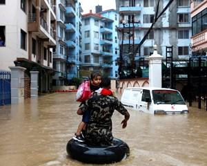 Mindst 10 hovedveje er ødelagt på grund af oversvømmelser og jordskred i Nepal. Flere personer er døde.
