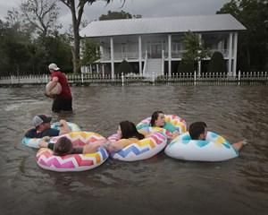 Kraftig regn vælter ned over delstaten Louisiana i USA, hvor den tropiske storm Barry gik i land lørdag.