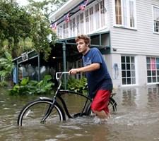 En tropisk storm, som lørdag har ramt det sydlige USA, lægger gaderne i flere byer i Louisiana under vand.