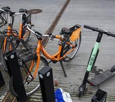 Det er ikke nok at se på sikkerhed for at afgøre, om el-løbehjul fortsat skal være i byer, mener minister.