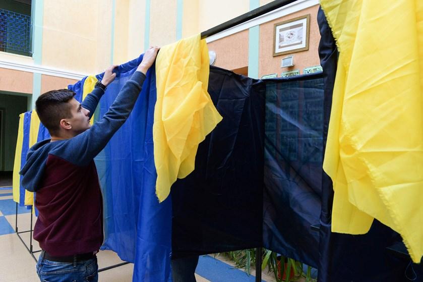 Mindst halvdelen af de politikere, der bliver valgt ind i Ukraines parlament søndag, ventes at være nyvalgte.