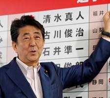 Shinzo Abes regeringskoalition har søndag fået flertal ved valg til Overhuset. Dog ikke så stort som håbet.