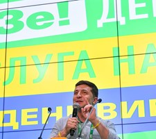 Tidligere komedieskuespiller står til at blive den helt store sejrherre ved parlamentsvalg i Ukraine.