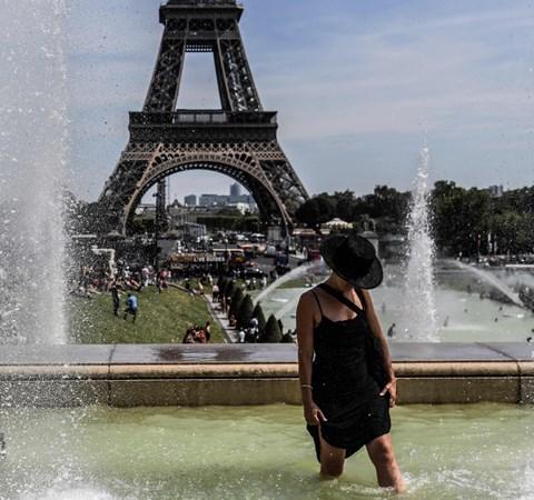 Myndigheder advarer om høje temperaturer, og fransk kraftværk tager forholdsregler, inden varmen tager fat.