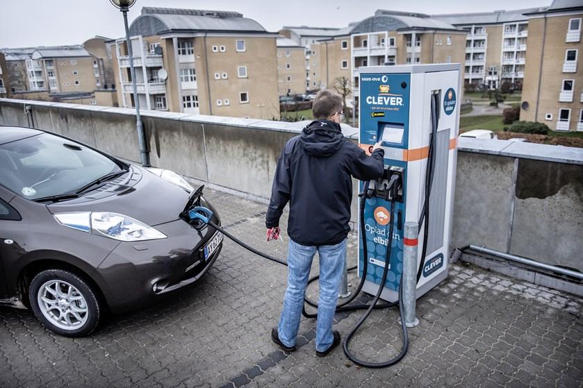 Store investeringer i elnettet er nødvendige, for at det kan være klar til elbilerne i 2030, lyder analyse.