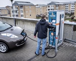 Samfundet er ikke rustet til at oplade de mange elbiler, som politikerne ønsker i 2030, siger Dansk Energi.