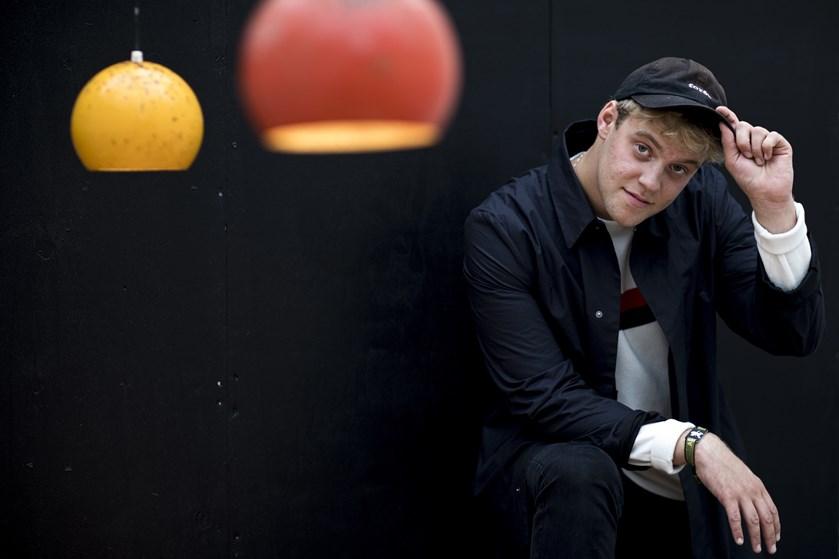 Den danske popsanger Hjalmer har fået stor succes det seneste år, men han forsøger at holde sig ydmyg.