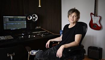 Lise Cabble har skrevet 18 sange til Dansk Melodi Grand Prix. Nu udgiver hun sin første solosang.