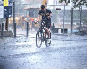 Lørdagen bliver meget våd, og efter en pause natten til søndag vender regnen tilbage på weekendens sidste dag.