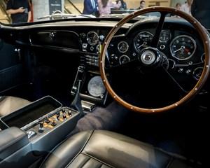 En Aston Martin fra 1965 med fungerende sømkaster, røgslør og roterende nummerplader er blevet solgt i USA.
