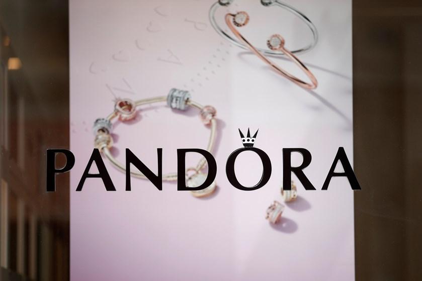 Smykkeselskabet Pandora kæmper med salget. Stor spareplan spiser samtidig af overskuddet her og nu.