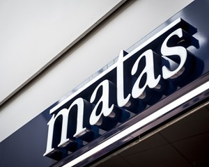 Matas' salg på nettet er tredoblet det seneste år, mens salget i de fysiske butikker til gengæld står stille.