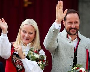 Selv om det skabte stor debat blandt nordmændene, da kronprins Haakon forelskede sig i festpigen Mette-Marit, holder kærligheden stadig ved.