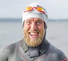 Lars Simonsen er søndag den første til at svømme Danmark rundt. På turen er hans mor hjulpet ud af depression.