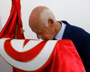 Ifølge valgstedsmåling fik partiløs professor flest stemmer ved første runde af præsidentvalget i Tunesien.