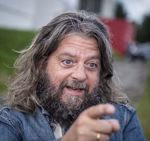 Den populære komiker får selskab af Camilla Ottesen og Joachim Boldsen som værter.