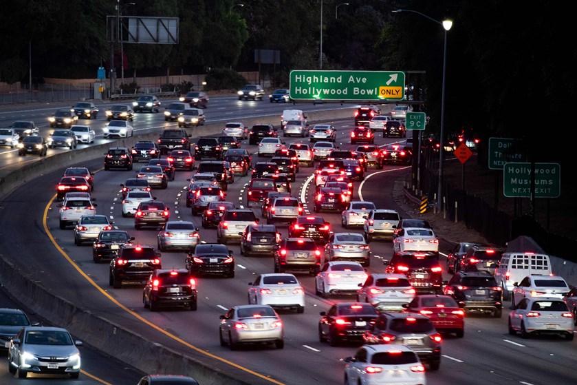 Trump-regeringen raser over, at bilfabrikker indgår aftale om at følge Californiens skrappere krav til biler.